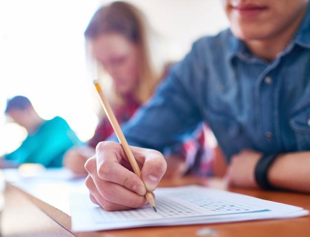 imagem-representativa-para-estudantes-jovens-estudando-sala-de-aula-pesquisa-1470669729351_615x470